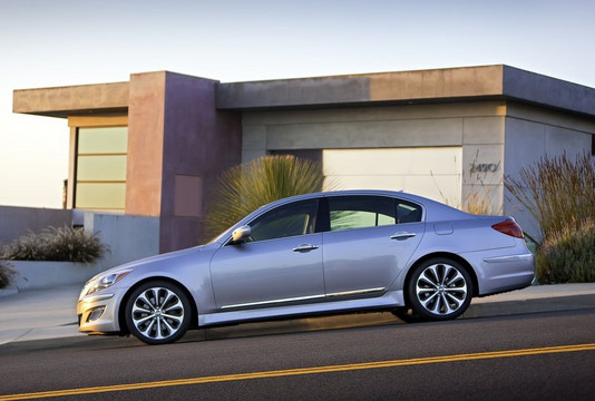 2013 hyundai genesis drops v8s gets 64gb. Black Bedroom Furniture Sets. Home Design Ideas