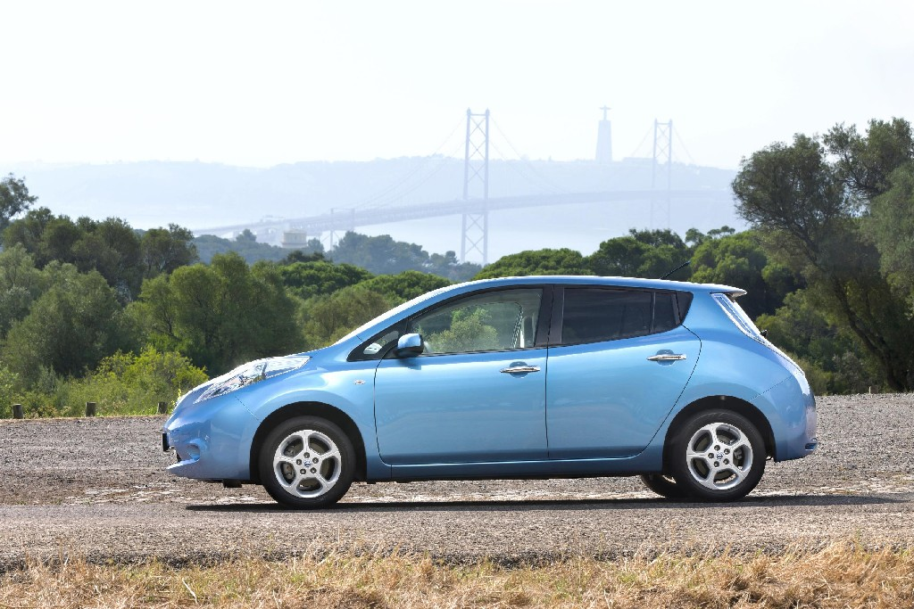 nissan leaf price dropped by 2 500 uk. Black Bedroom Furniture Sets. Home Design Ideas