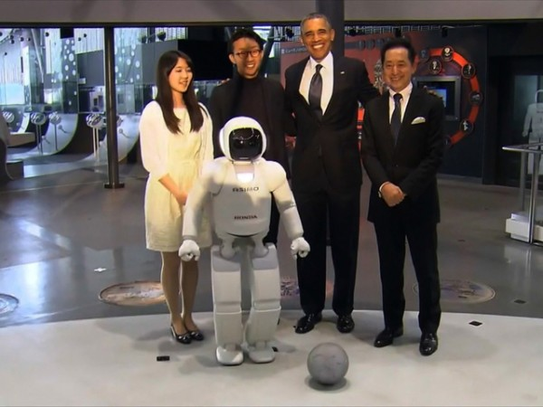 asimo obama soccer 600x450 at Honda ASIMO Robot Plays Soccer with President Obama
