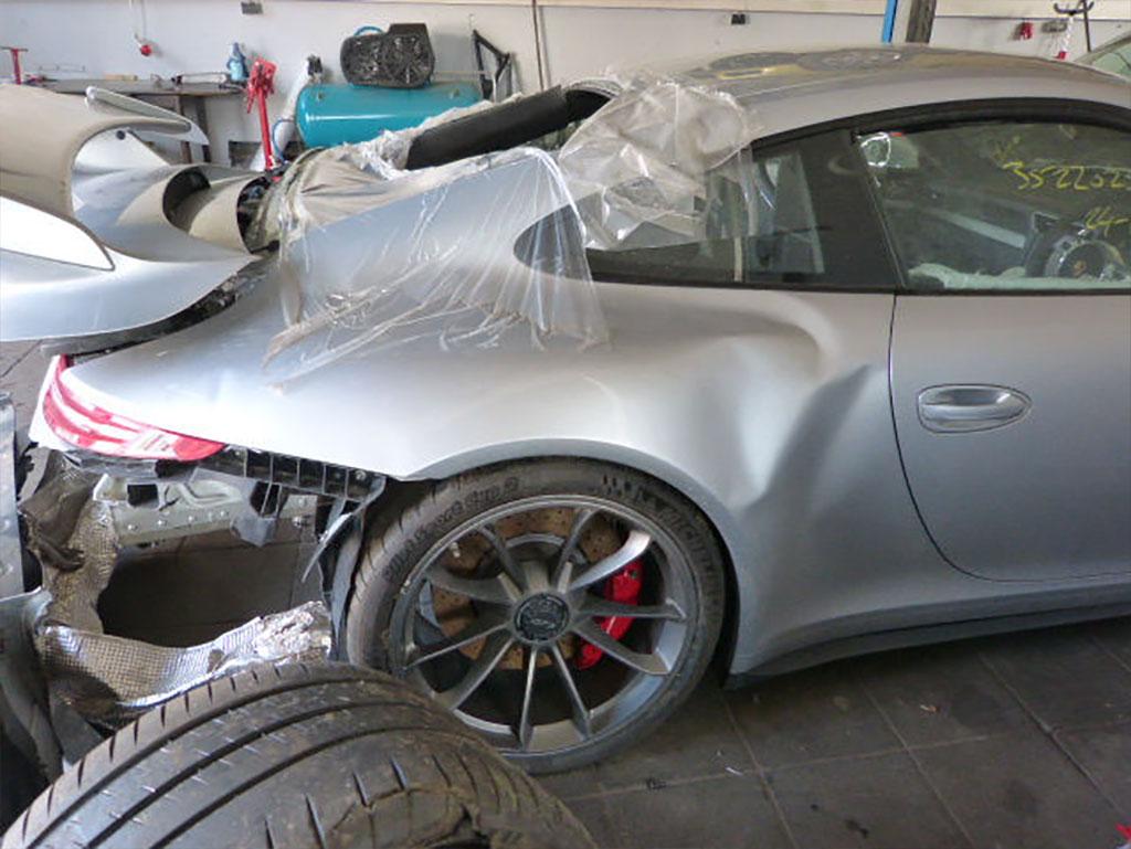 Разбитый в хлам Порше 911 ГТ3