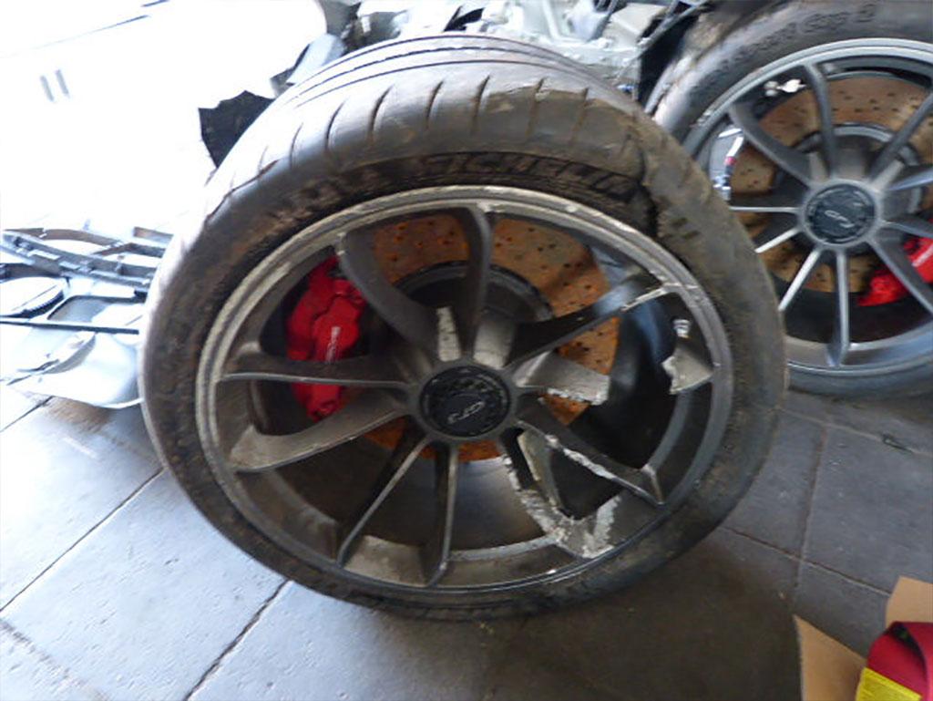 Разбитые колеса Porsche 911 GT3