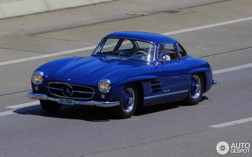 mercedes 300 sl gullwing spotted in blue. Black Bedroom Furniture Sets. Home Design Ideas