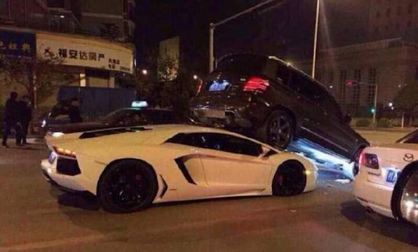 aventador wedge glk 600x362 at Lamborghini Aventador Gets Wedged Under Mercedes GLK in Strange Crash