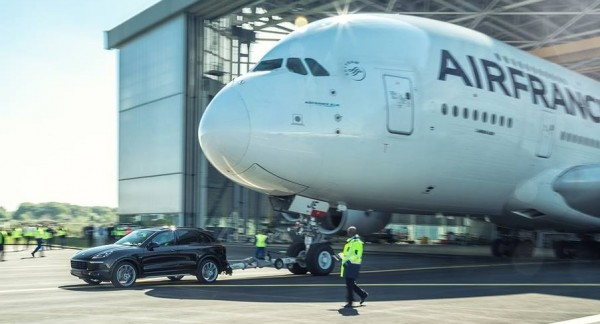 cayenne a380 tow 0 600x324 at Porsche Cayenne Tows Airbus A380 for Guinness Record