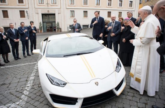 Lamborghini Huracan Gifted to Pope Francis 1 550x360 at Lamborghini Huracan Gifted to Pope Francis, To Be Auctioned for Charity