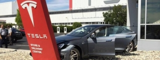 Man Crashes Tesla Model S Seconds After Buying It!