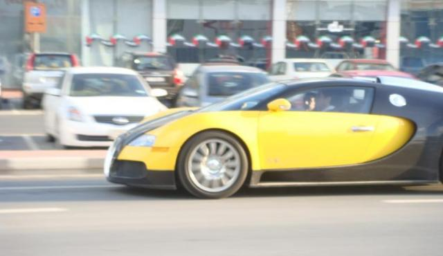 veyron black yellow 2 at Bugatti Veyron in Black and Yellow!