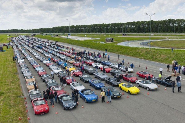 683 Mazda MX 5s 1 600x400 at 683 Mazda MX 5s Gathered For A New World Record