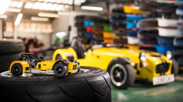 LEGO Caterham 620R 0 600x334 at Caterham 620R Immortalized in LEGO Form