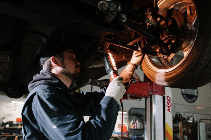 mechanic working 730x486 at 10 Essential Tools for Emergency Car Repair